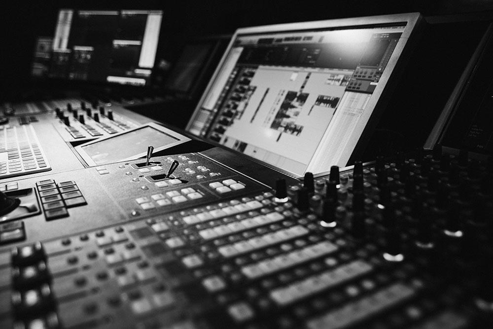 Dolby Atmos Studio Wien Blautöne Kinoregie | Tonmischung Audio Postproduktion
