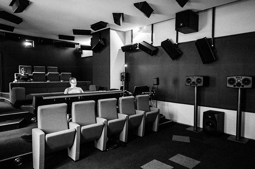 Studio 5 | Dolby Atmos Studio Wien Blautöne Kinoregie | Tonmischung | Dolby Atmos Dubstage Audio Postproduktion