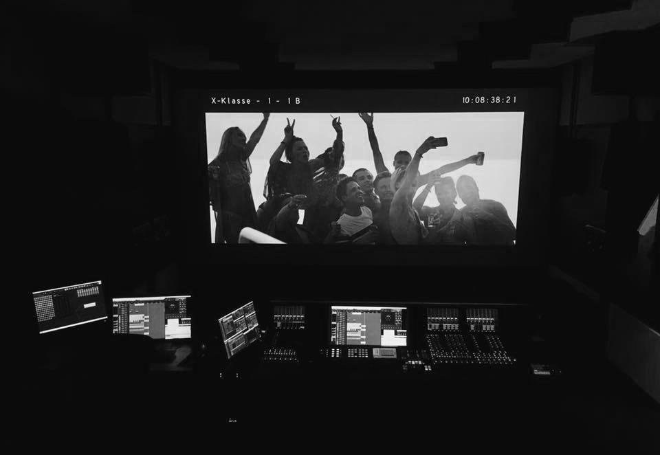 Die letzte Party deines Lebens Blautöne Tonstudio | Audio Postproduktion | Tonstudio Wien | Dolby Atmos Studio | Sound Design und Mischung für Film & TV